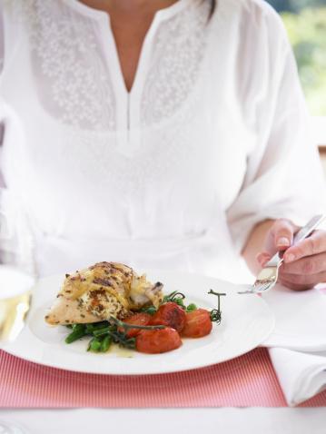 Akşam: Akşam yemeğinizi en geç 19 da yiyin.  1. Alternatif: Etli sebze yemeği veya 100 gr ızgara dana eti, salata , 200 gr diyet yoğurt  2.Alternatif: 1 kase sebze veya domates çorbası, 80 gr ton balıklı salata  3.Alternatif: Izgara Balık, 1 tabak zeytinyağlı sebze, Salata  Yemekten 2 saat sonra 30 dakikalık bir aktivite seçin. Bisiklete binmek veya yürüyüş yapmak en idealidir. Aktivitenin sonuna 5 dakikalık gerinme egzersizleri ekleyin.  Ara öğün: 10 badem veya 100 gr diyet dondurma veya 1 por meyve + 100gr diyet süt veya yoğurt  Egzersizden sonra yapacağınız ara öğün magnezyum açısından zengindir. Vücudunuzdaki ödemi atar ve gerginliği alır.