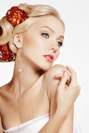Parlayan saçlar ve pürüssüz bir cilt!   Düğünden önce güzel ve sağlıklı bir cilt için ne yenildiği ne sürüldüğünden daha büyük önem taşır. Yenilen besinler cilt ve saç açısından sürülen kremlerden ya da losyonlardan çok daha etkilidir. Güzel, pürüzsüz bir cilt, sağlıklı saçlar için beslenme programımızla birlikte hergün multivitamin ve Omega 3 takviyesi yapın.   Omega 3 :  Omega 3 cilt hücrelerini güçlü ve nemli tutar. Elzem yağlar cilt hücrelerini saran zarı güçlendirir. Cildin daha genç görünmesini sağlar, kırışıklıkları önler. Cilt üzerindeki yaraların enfeksiyon kapmasını engeller, çabuk iyileşmesine yardımcı olur. Ayrıca Omega 3 yağları düzenli kan dolaşımı sağlar cilde daha fazla oksijen taşınır ve cilt beslenir. Akne, siyah noktalar gibi cilt sorunlarının giderilmesinde de etkilidir.