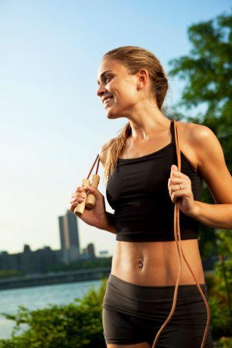 7.Düzenli egzersiz yapmak: Egzersiz esnasında ilk 20 dakikada karbonhidratlar, sonra proteinler ve en son yağlar enerji olarak harcanır. Bu yüzden 15 dakika koşmaktansa 35 dakika yürümek BMH ı hızlandırır ve yağ yakar. Düzenli yürümeye karar verdiyseniz ,gün içinde ne kadar hareketli olduğunuzu pedometre ile öğrenebilirsiniz. Ortalama hareketli olmak için  günde 10000 adım gereklidir. Nabzınızın çalışması içinse dakikada 140 adım atmaya çalışın  8.İnsülin Dengesi: İnsülinin dengeli çalışması da vücudun enerji harcamasını ve iştahı etkiler. İnsülin dengesizse sürekli acıkır ve karbonhidrat yemek istersiniz. Gıdalarınızda glisemik indeksi düşük gıdaları tercih edin. Omega 3 Yağ Asitleri ise insulin Hassasiyetini Arttırır bu yüzden haftada 2-3 gün balık tüketin. Zeytinyağı, Keten Tohumu Yağı, Somon Balığı yararlı yağ asitleri içerir. Bununla beraber asla aç kalmayın. Krom minerali almak ta insuline hassasiyeti arttırır.