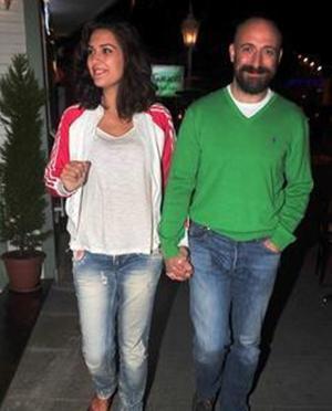 Hatta birlikte çıktıkları televizyon programında bile ilişkilerini yalanladılar. Ancak birlikte çıktıkları Paris tatili sonrası, aşklarını itiraf etmek zorunda kaldılar.