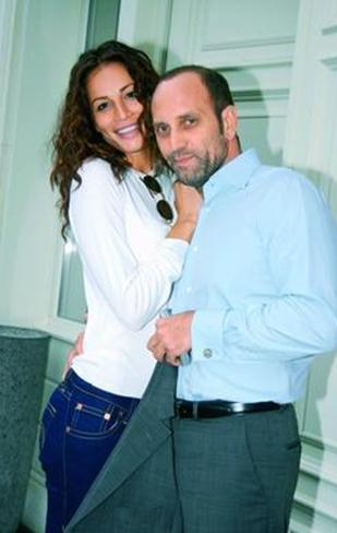 Ancak bir ay sonra, iş adamı Adnan Aksoy ile birlikte olmaya başladı.