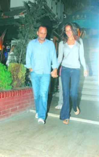 Duran'ın ilişkisiyle ilgili haberleri yalanlamasının üzerinden bir hafta bile geçmeden, çift el ele objektiflere yakalandı.