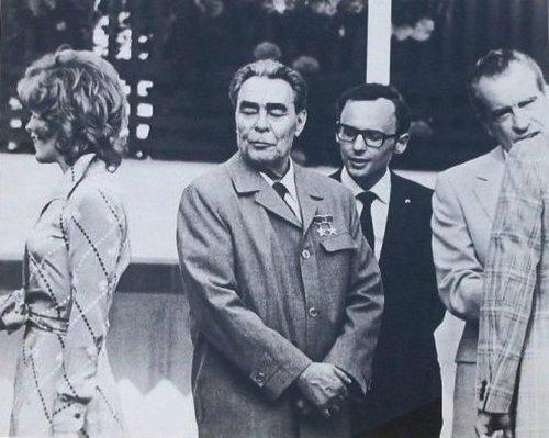 Che Guevara'dan, Madonna'ya neredeyse tüm dünyanın tanıdığı isimlerin en az bilinen, arşivlerden çıkan fotoğrafları derlenince ortaya inanılmaz bir koleksiyon çıktı.  Sovyetler Birliği lideri Leonid Brezhnev ve ABD'nin 37. Başkanı Richard Nixon. Brezhnev'in süzdüğü isim ise aktris Jill St. John.