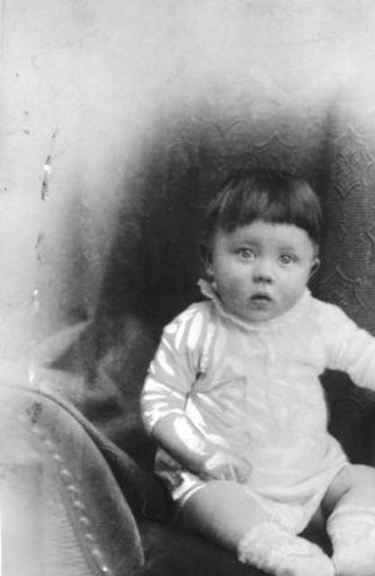 Adolf Hitler'in bebekliği.