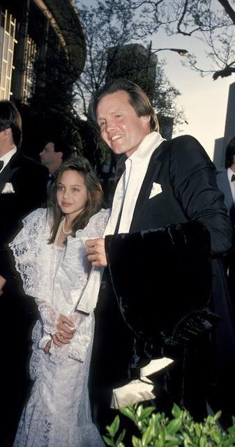 Angelina Jolie ve babası Jon Voight, 1986 yılında.