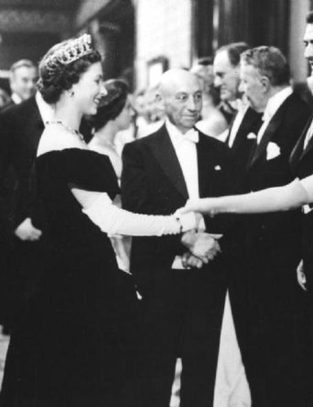Marilyn Monroe, 1956 yılında Londra'da, Kraliçe 2. Elizabeth'in karşısında.