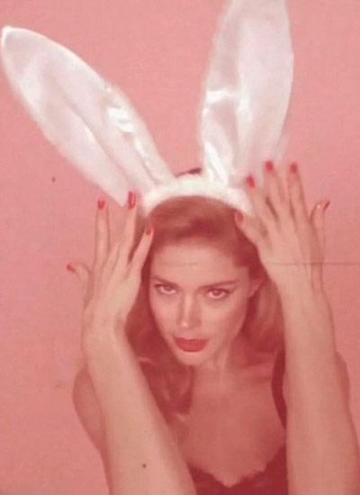 Bir yanda Love dergisi bayramı kutlamak için Victoria's Secret meleklerinden Doutzen Kroes'e tavşan kostümü giydirip fotoğrafladı.
