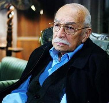 """EMLAKÇI İHSAN DA ÖLDÜ  Ali Cağaloğlu Mahallenin Muhtarları dizisinde canlandırdığı """"Emlakçı İhsan"""" karakteriyle hafızalara yer etmişti."""