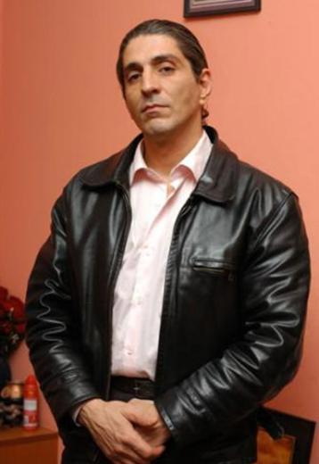 """KURTİ GENÇ YAŞTA HAYATA VEDA ETTİ """"Aşk Oyunu"""" dizisindeki 'Kurti' tiplemesiyle tanınan tiyatro oyuncusu Erkan Aydoğan Oflu geçirdiği kalp krizi sonucu yaşamını yitirdi."""