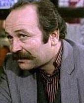 EN ERKEN KAYIP Dizinin en erken kaybı Nazan karakterinin ağabeyi Nazım'ı oynayan Yaman Okay oldu.   Dizide Nazan'ın işsiz- güçsüz haylazlık peşindeki erkek kardeşini oynayan Okay, 1993 yılında henüz 42 yaşındayken hayata veda etti.