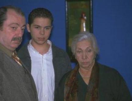 Oyunculuk kariyerine 1944'te Cemal Reşit Rey ve Ekrem Reşit Rey kardeşlerin Hava Cıva operetiyle başlayan Özipek, dizide Leyla karakterini oynuyordu. Oyuncu, 2000 yılında hayata veda etti.
