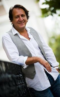 Arka Sokakların Hüsnü Komiseri, Özgür Ozan'ın eşi Neslihan Uğur da dizi sektöründen.