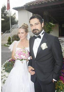 İnal'ın eşi Melis Tüysüz kostüm tasarımcısı.