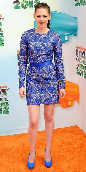 Çok gösterişli bir elbise giymek istemiyor ama yine de dikkat çekici ve şık mı görünmek istiyorsunuz? O zaman size Kristen Stewart'ın üzerindeki dantelli Stella McCartney tasarımına benzer bir şeyler önerebiliriz. Bu elbiselerin benzerlerini yerinizden hiç kalkmadan satın alabilirsiniz. Alışverişe başlamak için hemen tıklayın!