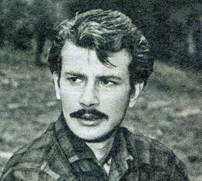 Oyunculuk hayatına 1960 yılında başladı Burçin Oraloğlu...Şehir Tiyatrosu'nun kadrosunda yer alıyor.