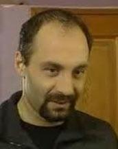 1975 Ankara doğumlu Ahmet Saraçoğlu, Müjda Gezen Sanat Merkezi'nde eğitim gördü.   Daha sonra Vişne Bahçesi, Lisistrata, Denizaltında Altı Tahammül Fersah gibi oyunlanda rol aldı.