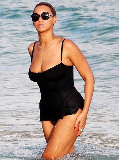 Beyonce, eşi Jay-Z ve kızları Ivy Blue ile son model lüks yatlarında tatil yapıyor.