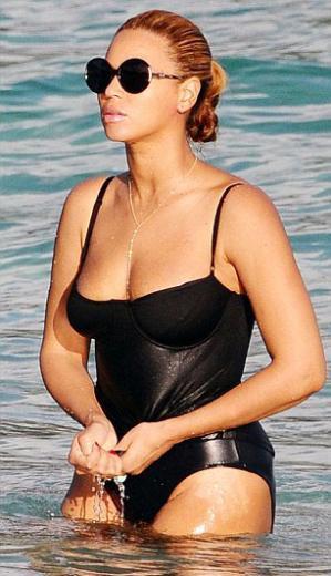 Önceki gün Beyonce ve Jay-Z kızlarını yatta bırakarak St. Barts kumsalına gitti.