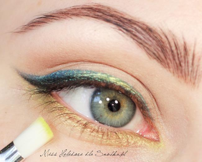 Alt göz kapağınıza da yine fırça yardımıyla dore renginde bir far çekebilirsiniz.
