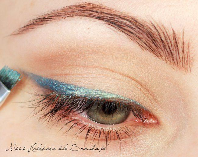 Ardından yine bir fırça yardımıyla göz kapağınızın üzerine parlak renkte bir çizgi çekin.( Örnek fotoğraftaki gibi mavi olabilir bu renk)