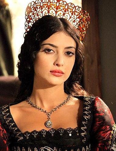 Melike İpek Yalova da Munteşem Yüzyıl dizisiyle adını duyurdu.