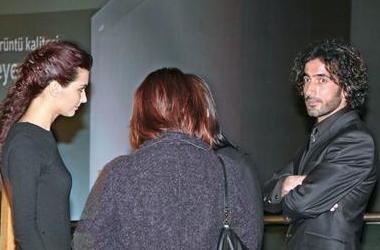 Soysal'dan ayrılan Büyüküstün'ün kısa bir süre bir İtalyan garsonla aşk yaşadığı iddia edildi.   Sonra da Asi dizisinin ikinci sezonu devam ederken Büyüküstün'ün dizinin sanat yönetmeni Sami Saydan'la aşk yaşadığı ortaya çıktı.
