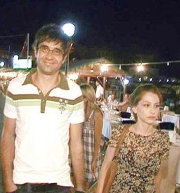 Elçin bir süre dizide kızı Rüya'yı canlandıran Ezgi Asaroğlu ile birlikte oldu..