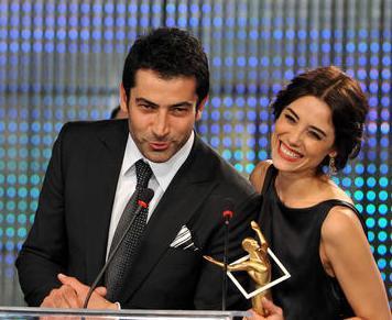 İmirzalıoğlu'nun Beşerler'den ayrılmasına sebep olarak Ezel'deki rol arkadaşı Cansu Dere ile yaşadığı ilişki gösterildi.