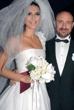 Kısa süren evliliğinin ardından dizideki rol arkadaşı Bergüzar Korel'e aşık olduğu ortaya çıktı.