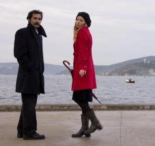 Polat daha sonra Sis ve Gece adlı filmde birlikte oynadığı Sema Ergeç'e kaptırdı gönlünü.
