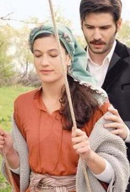 Önce Elveda Rumeli dizisindeki rol arkadaşı Berrak Tüzünataç ile aşk yaşadığı iddiaları ortaya atıldı.