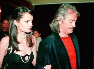 Önce rol aldığı Lise Defteri adlı diziyi yöneten Mustafa Altıoklar'a gönlünü kaptırdı.