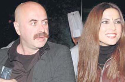 Çift, 2004'te Rumelihisarı'ndaki evlerinde evlendi. Dönmez, Akay'ın 'Hacivat Karagöz Neden Öldürüldü?' adlı filminde de rol aldı. İkili daha sonra boşandı.