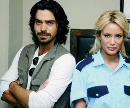 Arka Sokaklar' dizisinde birlikte rol alan Gamze Özçelik ile Uğur Pektaş'ın sette başlayan yakınlaşmaları, kısa sürede aşka dönüştü.