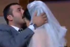 Kurtlar Vadisi'ndeki Muro karakteriyle ünlenen Mustafa Üstündağ da kalbini Cümbür Cemaat Aile'deki rol arkadaşı Ecem Özkaya'ya kaptırdı.