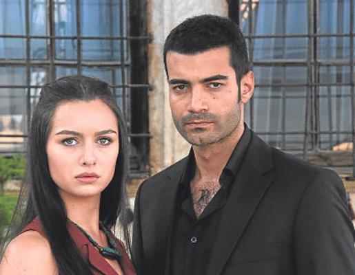 Dizi setlerinden gelen en son aşk haberlerinden birinin kahramanları Murat Ünalmış ile Birce Akalay.