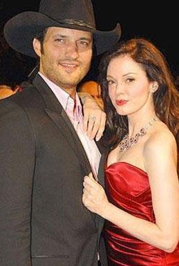 Roberto Rodriguez ve Rose McGowan İkili Planet Teror (Dehşet Gezegeni) adlı filmin setinde tanışıp yakınlaştı. Rodriguez, 16 yıllık eşini ve 5 çocuğu terk edip McGowan ile birlikte olmaya başladı. İkili, daha sonra nişanlandı. Ama evlenmeden ayrıldılar.