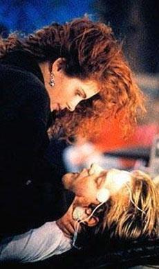 Julia Roberts ve Kiefer Sutherland'ın aşkları Flitliners (Çizgi Ötesi) filminin setinde başladı. Ama uzun ömürlü olmadı. Roberts, Jason Patrick için Sutherland'ı terk etti.