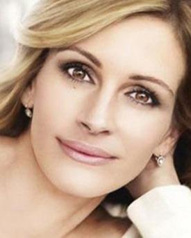 Julia Robert, 44 yaşında böyle görününce ortalık karıştı. Elbette bunun sebebi ünlü yıldızın tanıtım yüzü olduğu kozmetik firmasının tanıtım fotoğrafına fazlaca müdahale edilmiş olmasıydı.