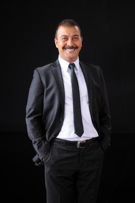 Ayrılsak da Beraberiz dizinin sempatik karakteri Teoman ile adını duyuran Hakan Yılmaz Trabzonlu.