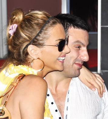 Nişanlanmaları gibi ayrılıkları da olay olmuştu Ece Erken ile Davut Güloğlu'nun. Ama nişan yüzüklerinin atılmasından aylar sonra da çift bu kez aralarındaki 'alacak- verecet' tartışmasıyla gündem geldi. Bunun ndeni de iddialara göre Güloğlu'nun kumar tutkusuydu.