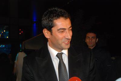 KENAN İMİRZALIOĞLU Son olarak Ezel dizisi ile ekranlara gelen ve şu sıralar sinema filminin çekimlerine devam eden Kenan imirzalıoğlu'nun 3 bin 314 hayranı var.