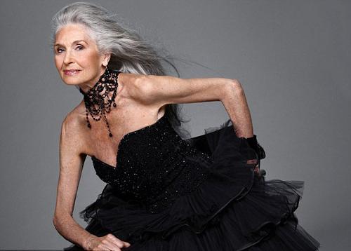 """83 yaşındki İngiliz manken Daphne Selfe dergilere poz vermeye devam ederken """"Dünyanın en yaşlı süpermodeli"""" olma unvanını da elinde tutuyor.   İngiltere'deki bir mankenlik ajansında içlerinde dünyaca ünlü modeller Bar Rafaeli ve Amber Le Bon gibi isimlerin bulunduğu listede yer alan Selfe yüzünü hiç gerdirmediğini söyledi."""