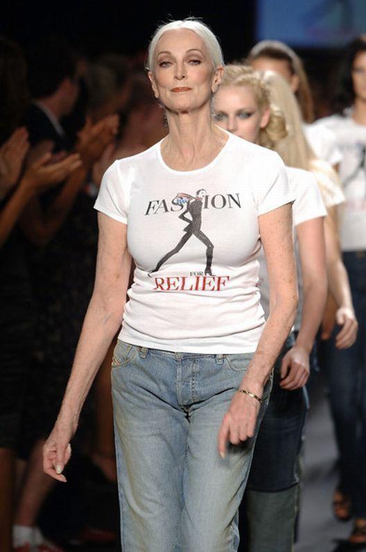 Amerikalı stil ikonu ve model, Carmen Dell'Orefice, 80 yaşında podyumda alkışlanmaya devam ediyor. 1946 yılında Vogue dergisine kapak olduğunda 15 yaşında olan modelin 66 yıldır süren meslek hayatında birçok markanın yüzü oldu.   Carmen Dell'Orefice ilerleyen yaşına rağmen düzgün fiziğiyle podyumda yürüyerek izleyenleri bir kez daha kendisine hayran bıraktı.
