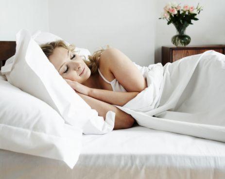 Hemen uyumayın  Yemeğin hemen ardından uyumak da sindirim sisteminin yeterince çalışamamasına ve bağırsak iltihaplanmalarına ve mide rahatsızlıklarına sebep olur. Ayrıca yemeğin ardından hemen uyumak kilo almanıza sebep olur.  Kaynak: Milliyet