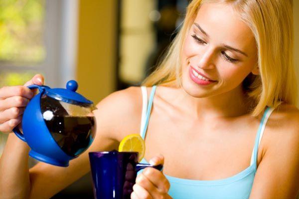 """Çay içmeyin  Türk kültürünün en önemli alışkanlıklarından biri olan yemek üstüne çay içmek de sağlık açısından faydalı görülmüyor. Çay, tükettiğimiz gıdalardan aldığımız proteinleri geç sindirmemize ve alınan vitaminlerden tam fayda sağlanılmamasına sebep oluyor. Özellikle """"anemi""""si olanların buna çok dikkat etmesi gerekiyor.   Çay için en doğru zamanlama, yemekten en az bir saat sonra...Yemekten hemen sonra içilen çay, demir içeren besin tüketildiyse, yemekle birlikte alınan Demir (Fe) mineralinin vücut tarafından kullanımını sınırlar."""