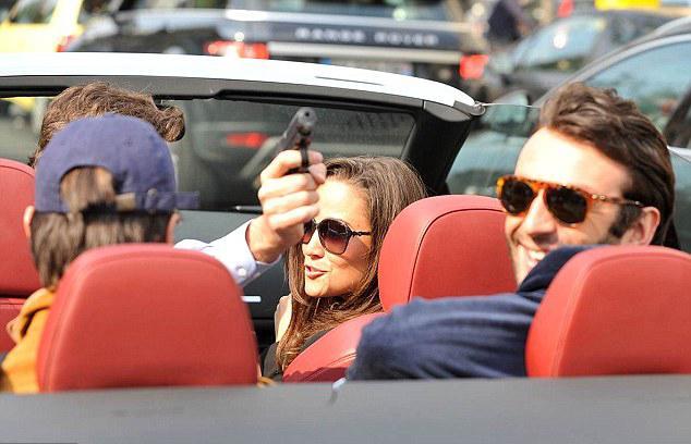 Önce Middleton arkadaşları ile Paris'te arabayla dolaşırken, paparazziler tarafından takibe alındı. Takip edilmekten sıkılan şoför koltuğunda oturan genç, gazetecilere silah doğrulttu.