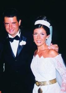 İKİNCİ KARISIYLA AYRILIĞIN EŞİĞİNE GELDİ  Acun Ilıcalı, henüz şöhret olmadan önce 19 yaşındayken ilk evliliğiri yapmıştı. Sonra kariyerinde yükseldiği bir dönemde Zeynep Hanım ile evlendi.