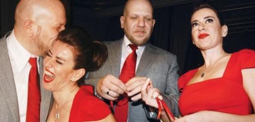 Ama yaklaşık bir yıl sonra çift boşandı.   Ardından Tuzcuoğlu'nun oyuncunun, Enver Selim Kurtoğlu ile birlikte olduğu duyuldu.   Çift, bir süre sonra nişan yüzüklerini taktı.
