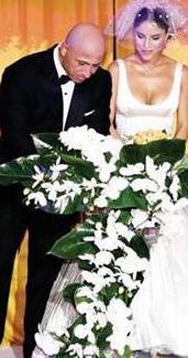 Ünal kısa bir süre önce işadamı Emre Karabacak ile evlendi.. Çiftin Kayra adında bir kız çocuğu oldu.